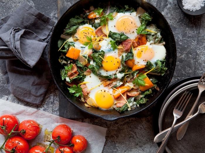 frühstück rezepte, schwarze pfanne, eier mit spinat und schinken, cherry tomaten