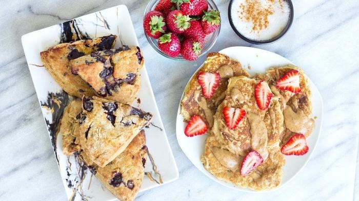 frühstück rezepte, eckiger teller, pfannkuchen mit schokolade, schale mit erdbeeren