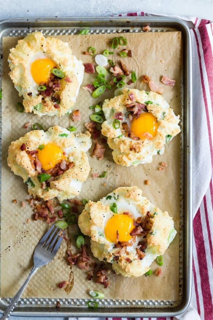 frühstück rezepte, wolken aus eiern garniert mit gebratenem bacon und frühlingszwiebel