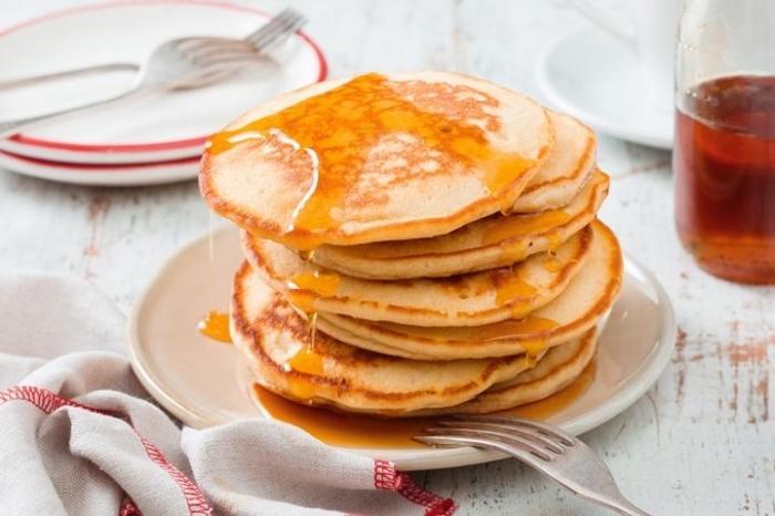 frühstücksbuffet ideen, pfannkuchen mit honig rezept, drei gabel, teller mit rotem rand