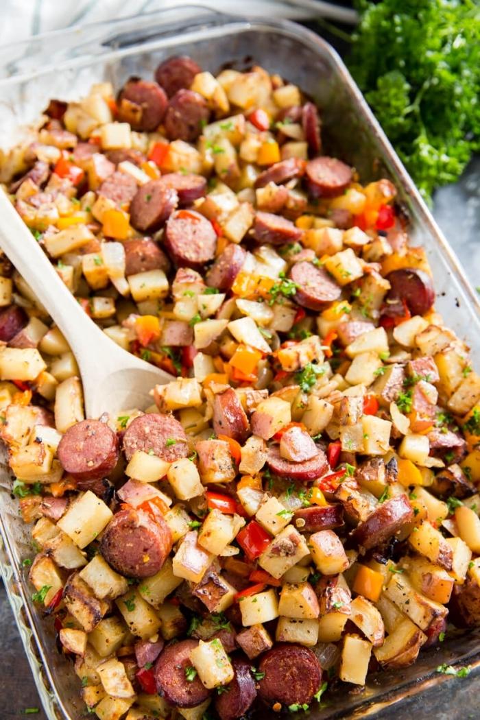speise mit kartoffeln, würstchen und paprika, frühstücksbuffet ideen, hölzerner löffel