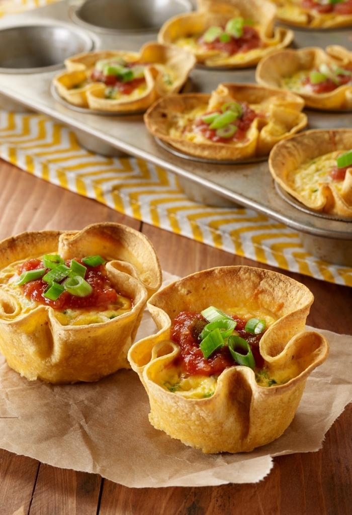 frühstücksbuffet ideen, metallene muffinform, häppchen mit eiern und chilisoße