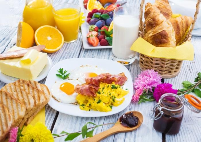 frühstücksbuffet selbst gemacht, gläser orangensaft, gesund frühstücken, marmelade aus blaubeeren