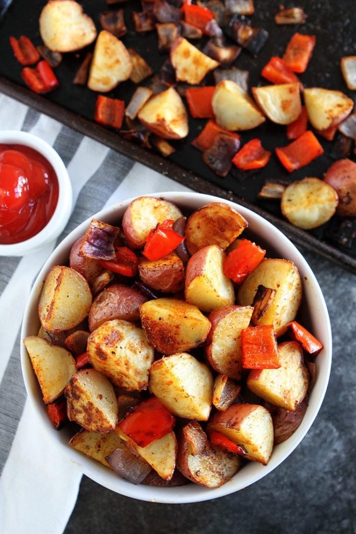 frühstücksbuffet selbst gemacht, gebachte kartoffeln mit gewürz, roter paprika