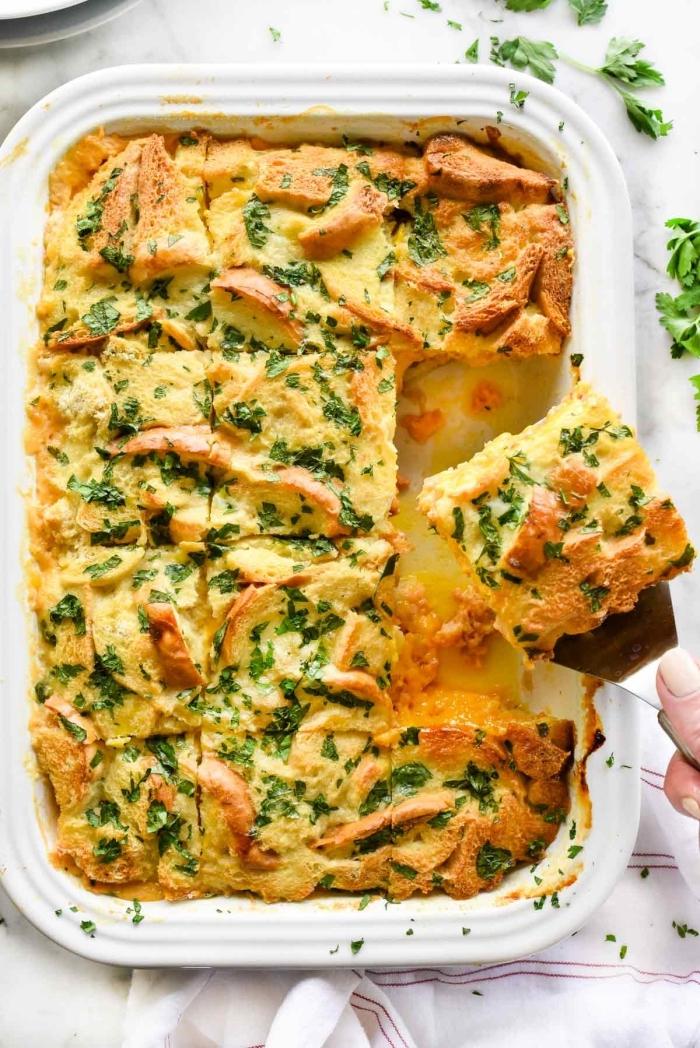 frühstücksbuffet selbst gemacht, weißes backblech, lasagna mit hühnerfleisch und käse