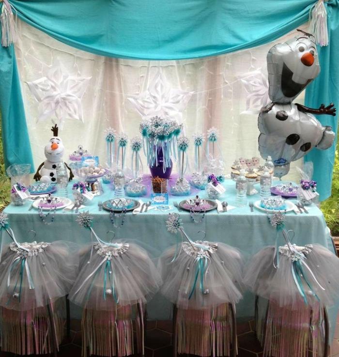eine blaue Decke, Geburtstagsdeko für eine kleine Prinzessin mit Motiven von Eiskönigin