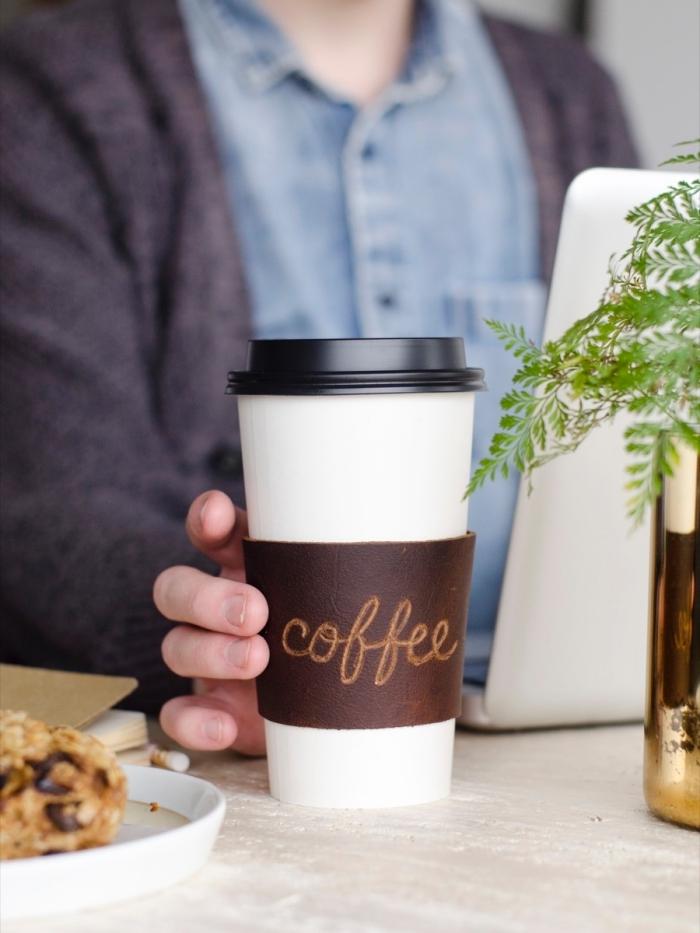 geburtstagsgeschenk freund, leder sleeve für kaffeebecher, schritt für schritt