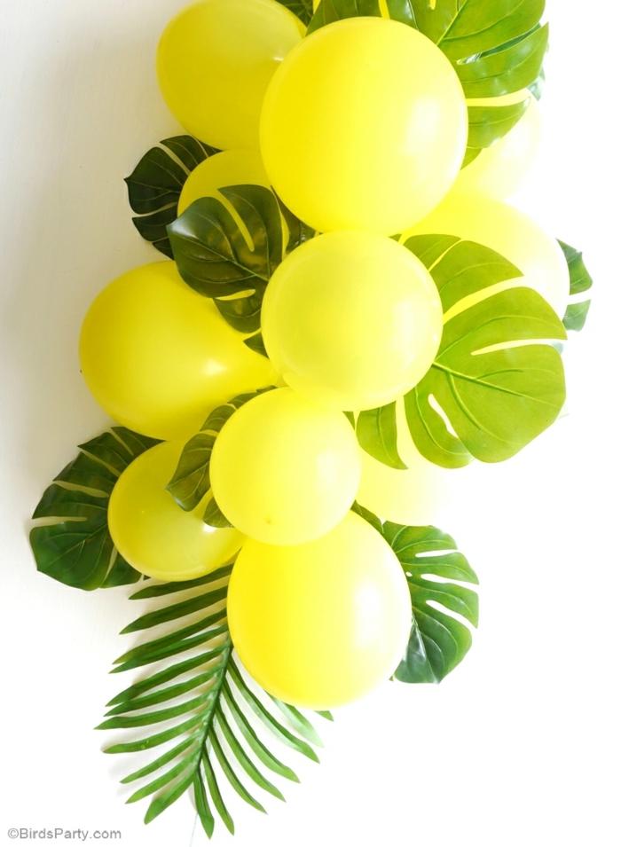 gelbe Ballons, grüne Blätter von Palmen, auf einem weißen Hintergrund, Tischdeko Geburtstag selber machen