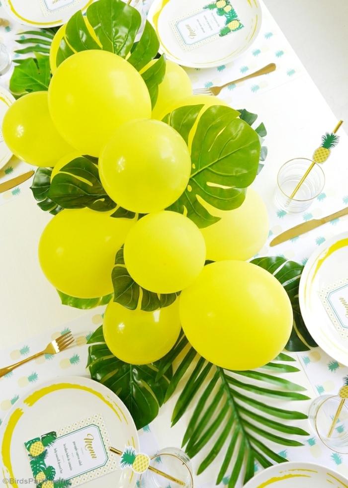 gelbe Ballons, grüne Blätter, weiße Tischdecke, Servietten mit Motiven von Ananasen, Tischdeko Geburtstag selber machen