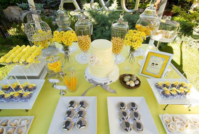 eine gelbe Tischdecke, eine gelbe Torte, eine gelbe Karte, gelbe Blumen, Gläser, 50 Geburtstag Frau