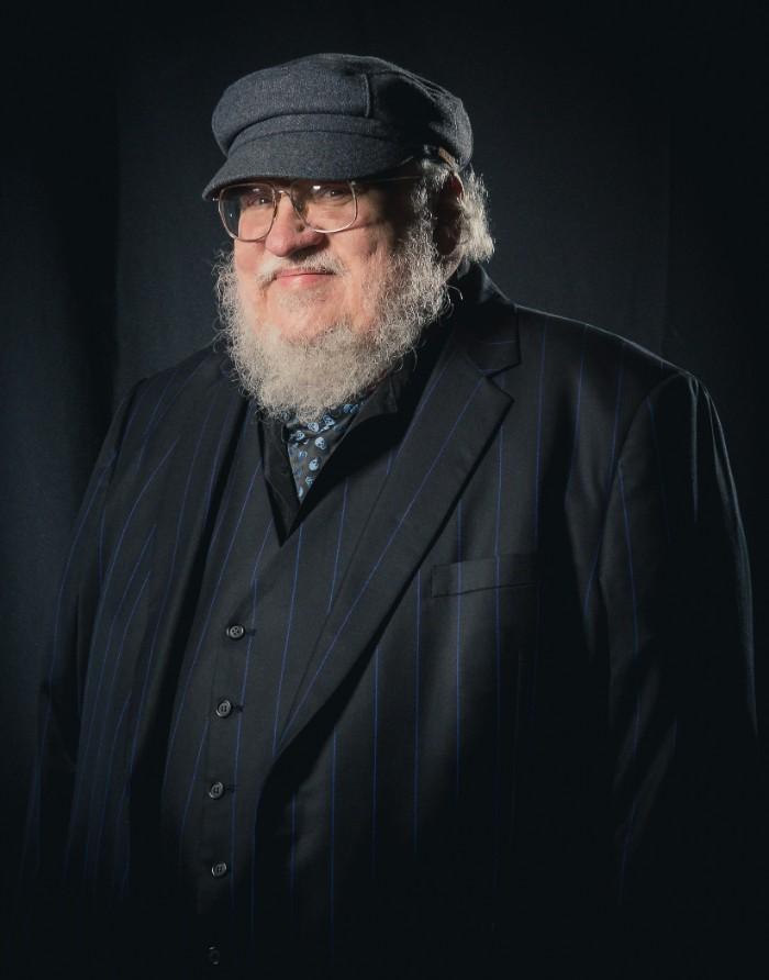 george martin, der autor von game of thrones romanen, mann mit brille und einem schwarzen anzug