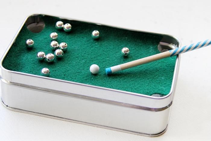 geschenk für freund basteln, silberne perlen, mini billard, metallene box