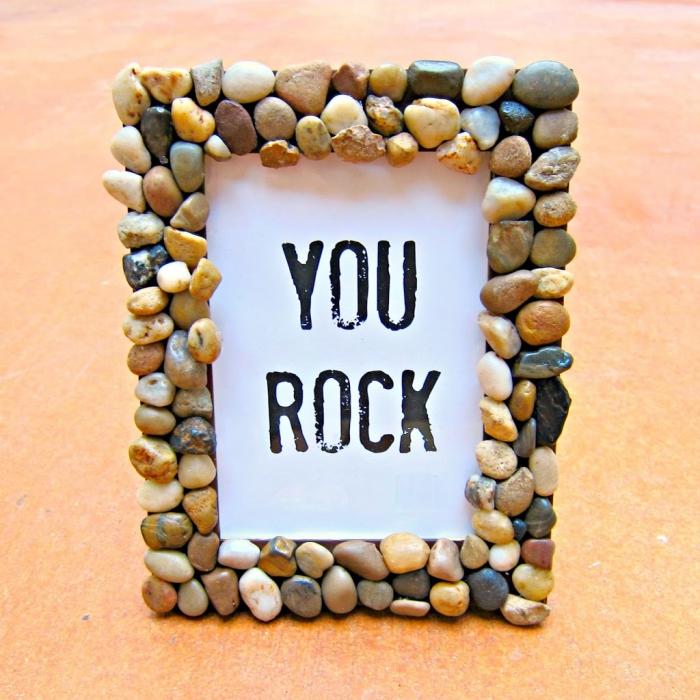 bilderrahmen verzieren mit steinen, geschenk für freund basteln, you rock