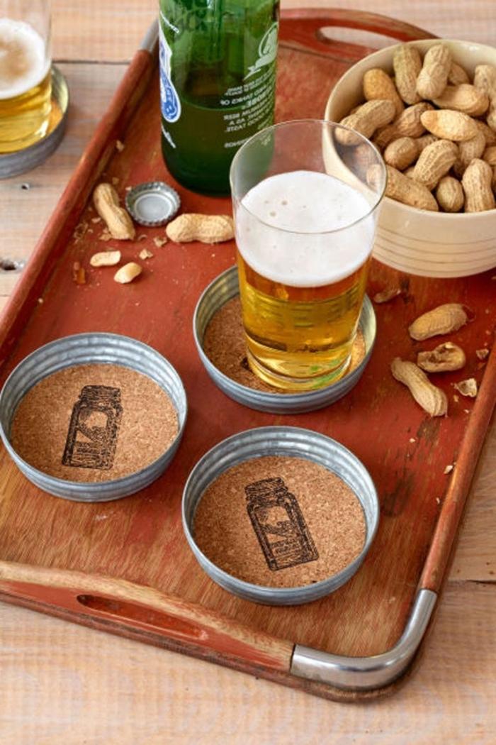 geschenk für freund, glasuntersetzer dekoriert mit kork, glas bier, schüssel mit nüssen
