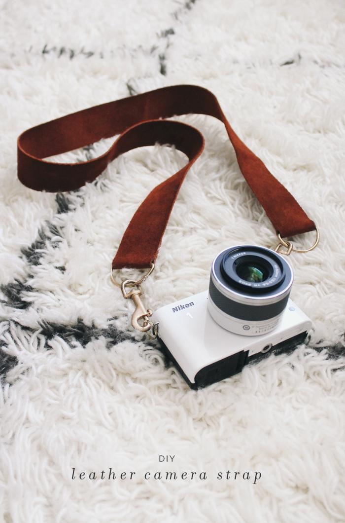 geschenk für freund selber machen, weißes foto apparat, flauschiger teppich, lederband