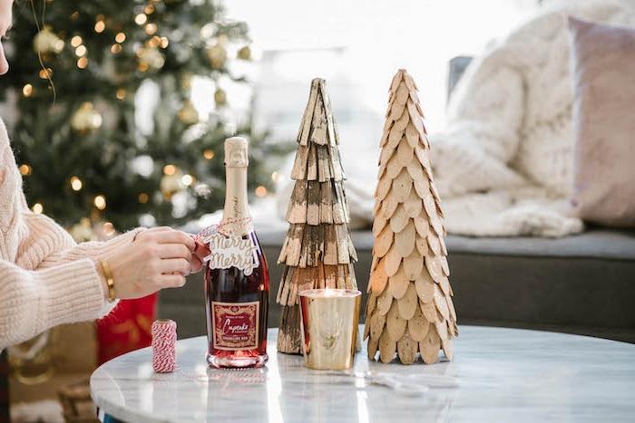 Geschenkkorb zusammenstellen, Anhänger an Weinflasche befestigen, mit Aufschrift Merry Christmas