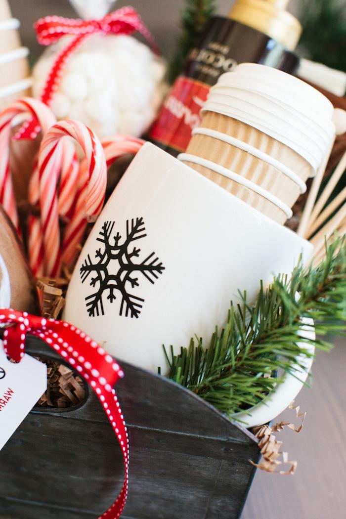 Geschenkkorb selbst zusammenstellen, Kaffee Zuckerstangen weiße Tasse mit Schneeflocke und Tannenzweige