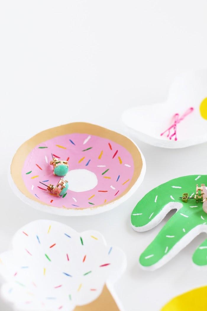 Selbstgemachte Schmuckschalen in Form von Donut, Eis und Kaktus, Basteln mit Fimo