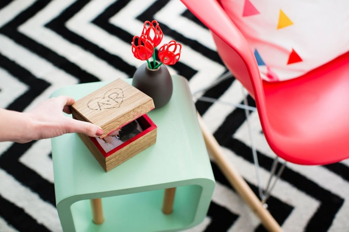 geschenkideen für den freund, hölzerne box mit eigenen fotos und initialen, diy anleitung