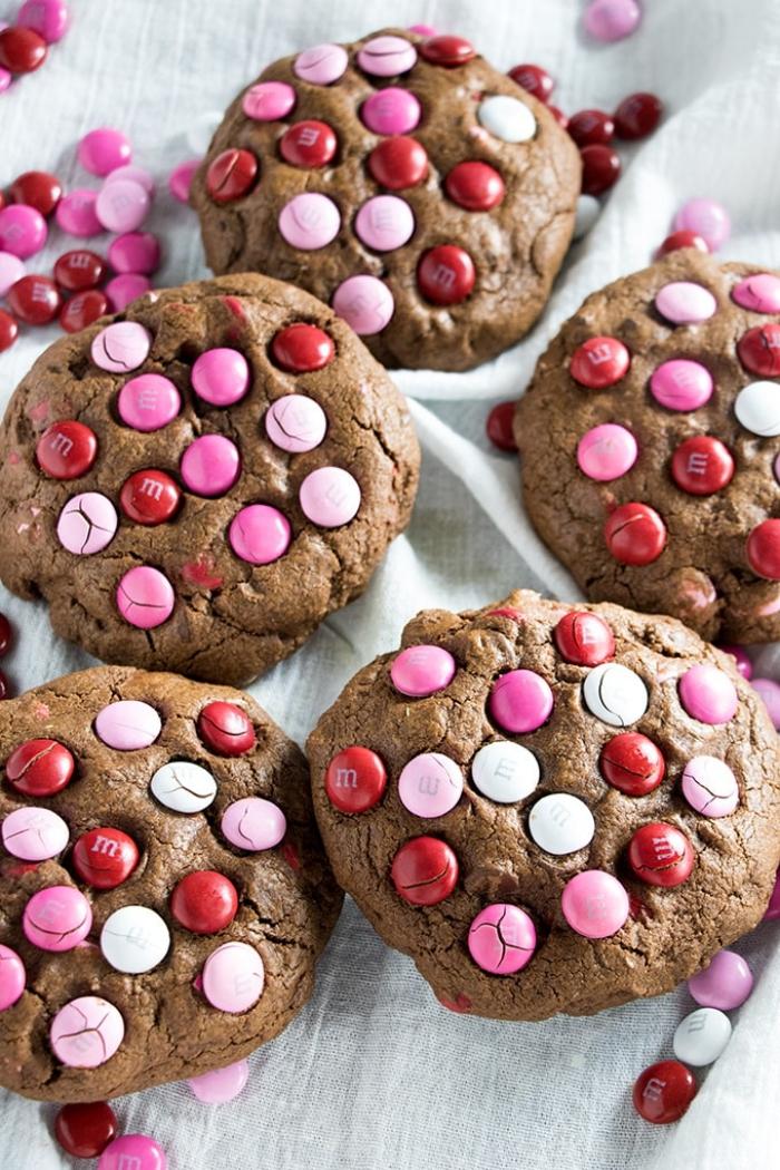 geschenkideen für den freund, geschenke aus der küche, schokoladenkeksen mit m und ms, valentinstag