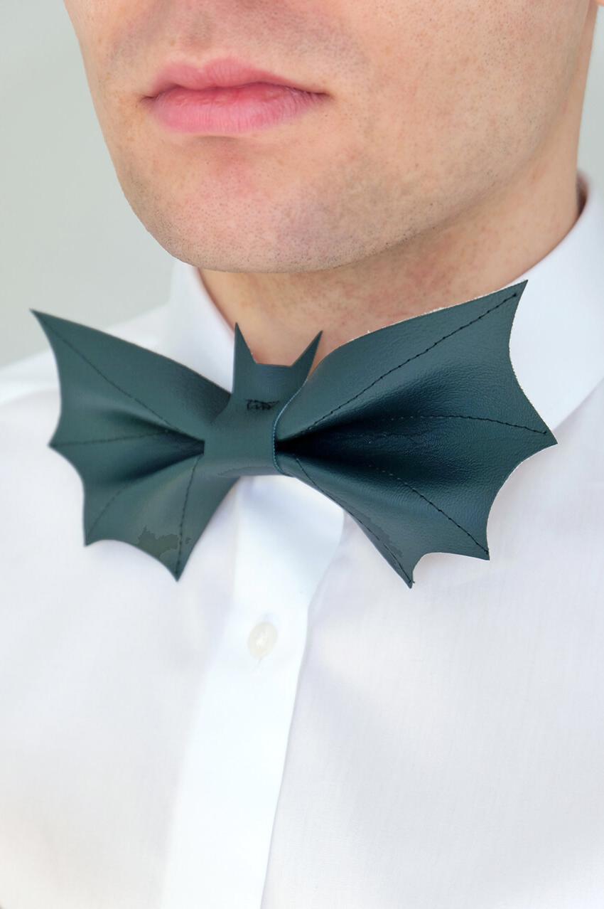 geschenkideen für den freund, weißes hemd, fliege batman aus dunkelblauem leder