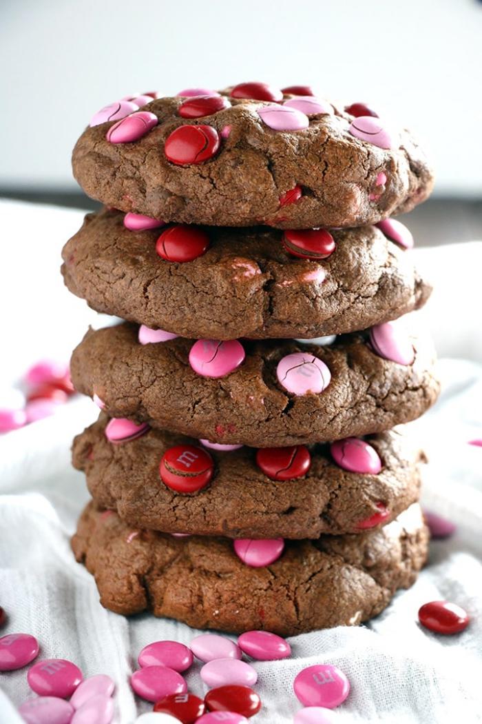geschenkideen für den freund zum valentinstag, rezept für schokoaldenkekse mit bonbons, zubereitungsweise
