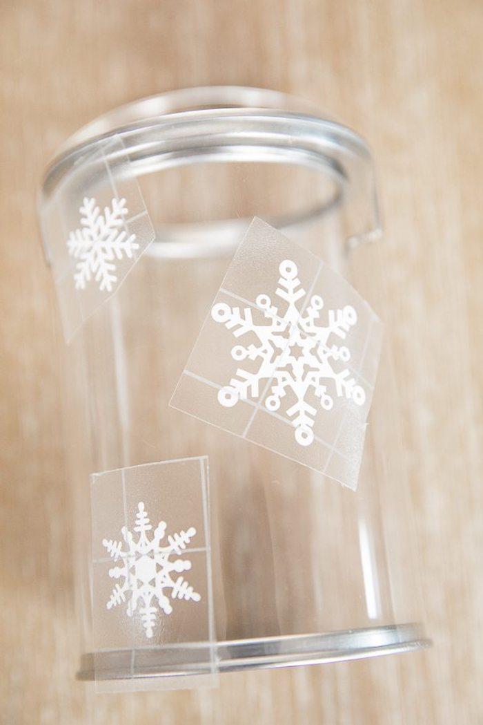 Glas mit Schneeflocken verzieren, kleine Geschenke füllen, DIY kreative Weihnachtsgeschenke