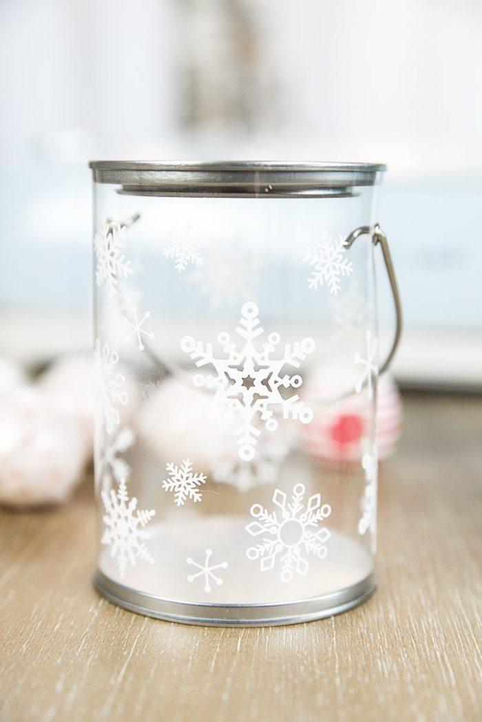 Glas mit schönen weißen Schneeflocken, Badekugeln darin füllen, schönes DIY Weihnachtsgeschenk für Freundin