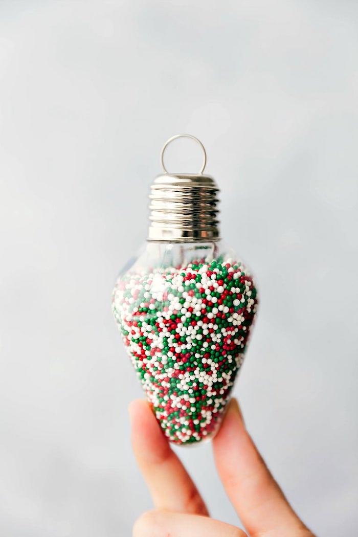 Glühbirne mit bunten Zuckerperlen füllen, Ideen für kreative Weihnachtsgeschenke für jeden Geschmack