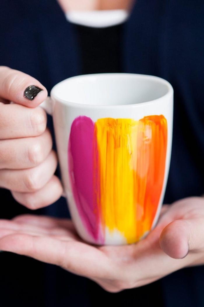 geschirr bemalen, zwei hände, rosa, gelbe und orange farbe, selbstgemachte geschenke