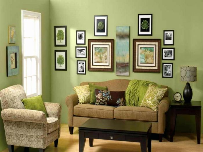 grüne Wandfarbe, Bilder selbst gestalten Ideen, Bilder von Pflanzen, braunes Sofa, gemusterter Sessel