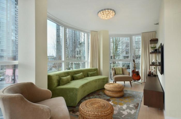 Wandgestaltung Ideen selber machen, ein grünes Sofa, kleine Regale, Glaswände, Lampen