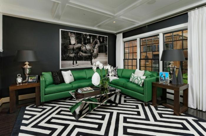 ein schwarz weißer Teppich, ein grünes Sofa, ein glänzender Tisch, eine graue Lampe, ein schwarz weißes Bild, Bilder selbst gestalten Ideen
