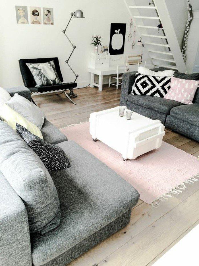 graue Sofas, rosa Teppich, ein Couchtisch in weißer Farbe aus Europaletten, Wohnzimmer Ideen für kleine Räume