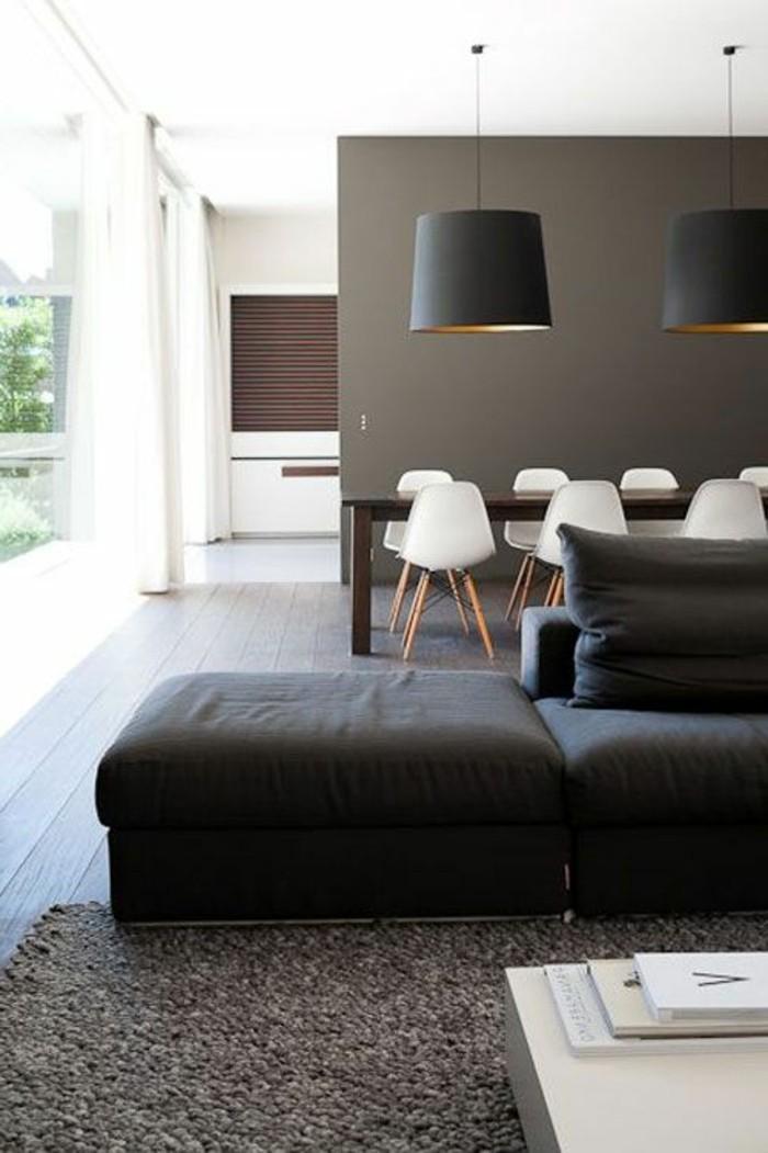 graue wandfarbe mit schwarz weißen möbeln, sofa schwarz grauer teppich, einfaches design im wohnraum