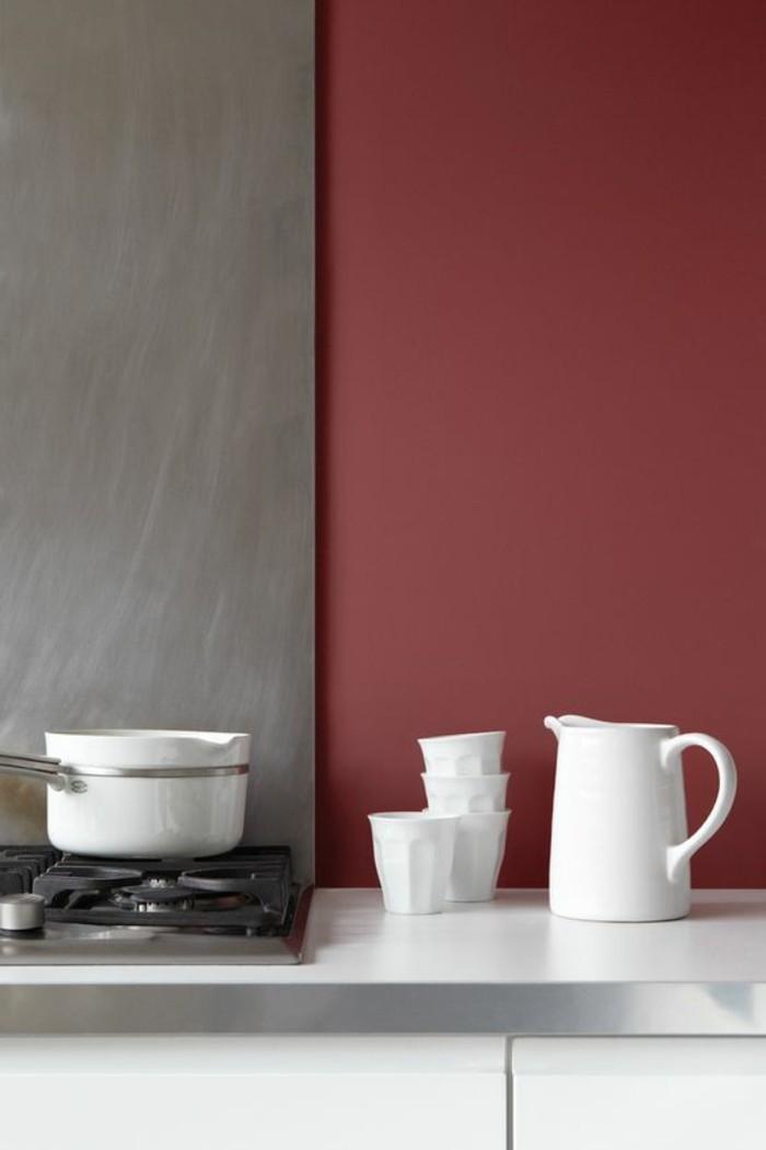 grautöne in der küche, wand halbgrau hablrot, weißes geschir, kleine kaffeetassen, kochplatte