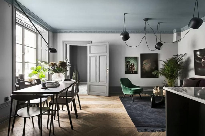 Deko Ideen selbst machen, ein grauer Teppich, Parkett Boden, Tisch und sechs Stühle, viele Lampen