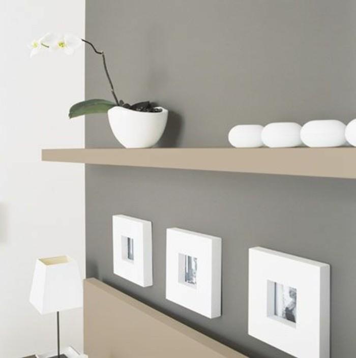 wandgestaltung wohnzimmer, graue wanddesign idee mit weißen bilderrahmen, weißer blumentopf
