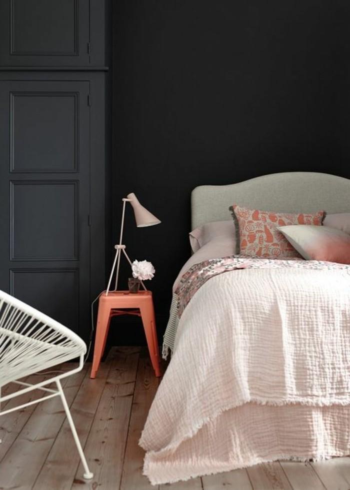 wandgestaltung ideen im schlafzimmer oder wohnzimmer, dunkelgraue wand im schlafbereich, rosa bettwäsche und einrichtung, harmonische zimmergestaltung