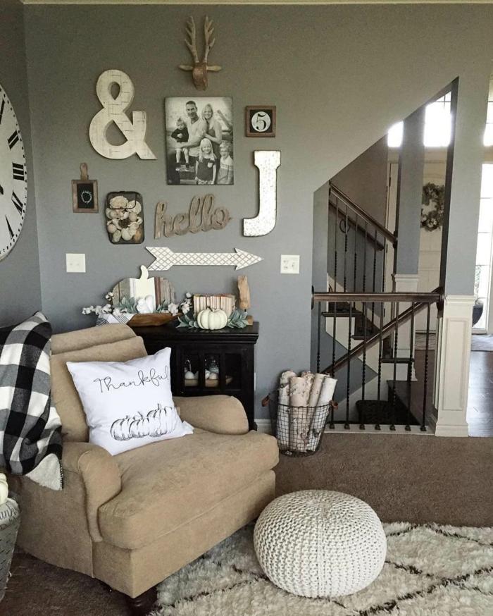 Bilder selbst gestalten Ideen, ein weißer Teppich, ein weißer Hocker, ein beiger Sessel, viele Bilder