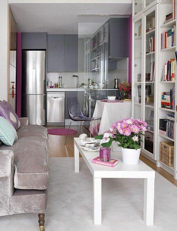 ein weißer Teppich, graue Sofa, ein weißer Tisch, weißer Blumentopf mit rosa Blumen, Wohnzimmer Ideen für kleine Räume