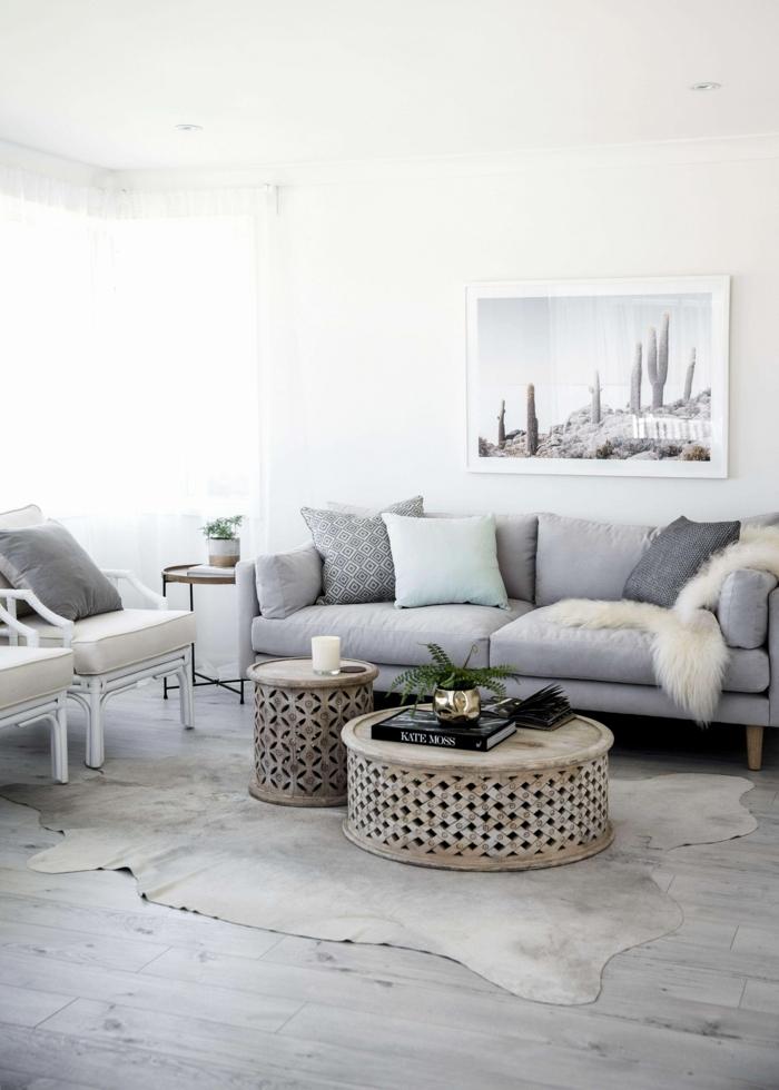 graues Sofa, grauer Teppich, zwei runde Tische, Laminat Boden, Deko Ideen selbst machen