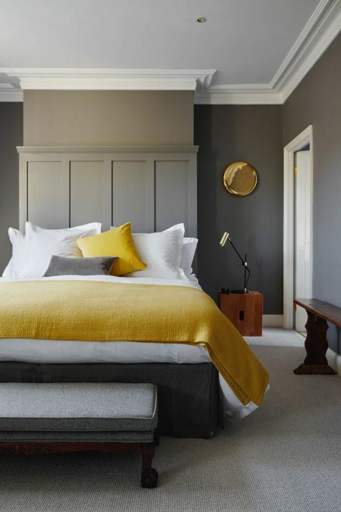 graue wandfarbe mit goldenem spiegel verzieren, doppelbett mit weiße und gelbe sheets, bettdecke gelb