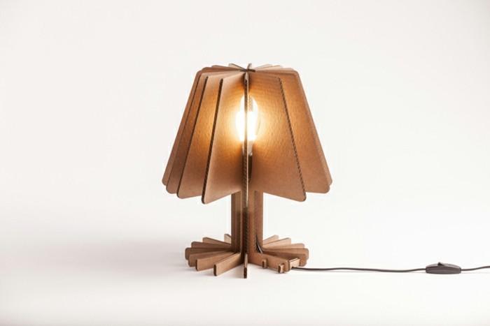 kleine stehlampe oder nachtlampe aus karton gemacht, einfaches design funktionelle möbel, alres papier wiederverwerten