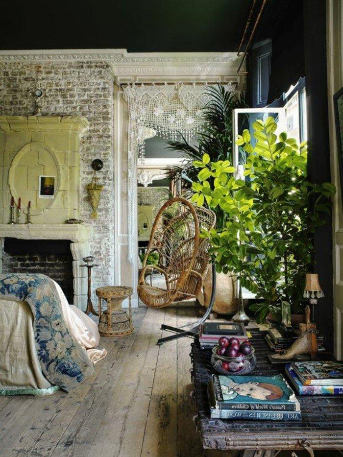 ein grauer Tisch, ein Stuhl aus geflochteten Material, Wohnzimmer Ideen für kleine Räume
