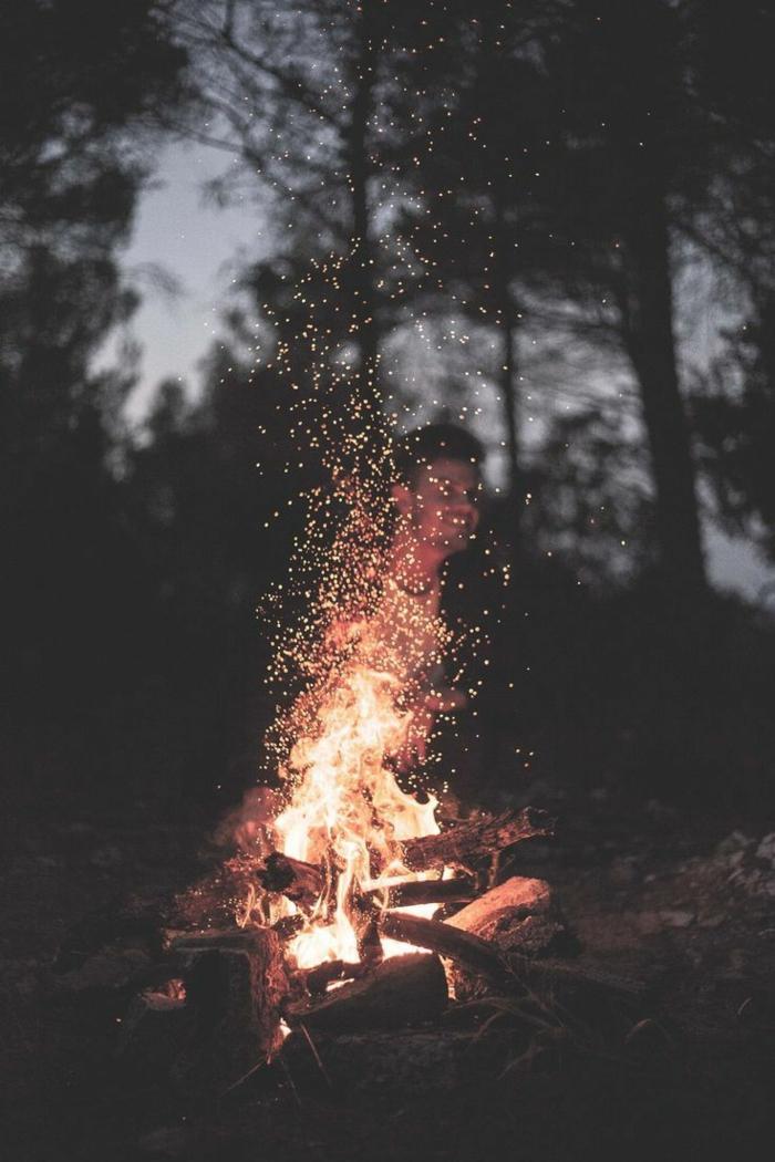 hintergrundbilder iphone, natur am abend und ein feuer angezündet, wald schwarze farbe