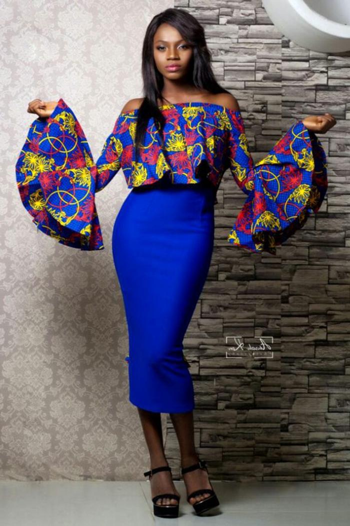 stoffe kaufen und extravagante looks selber gestalten, königsblau bleistiftrock, bunte bluse mit kreativem design und dessin, große ärmel