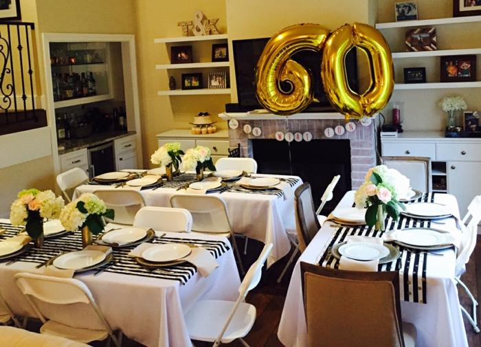 Ideen zum 60. Geburtstag, goldene Ballons mit dem Alter des Geburtstagskindes, goldfarbene Vasen