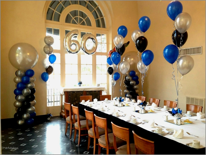 Ideen für 60 Geburtstag, silberne Ballons, blaue Ballons, die Ziffern Sechs und Null, weiße Tischdecke