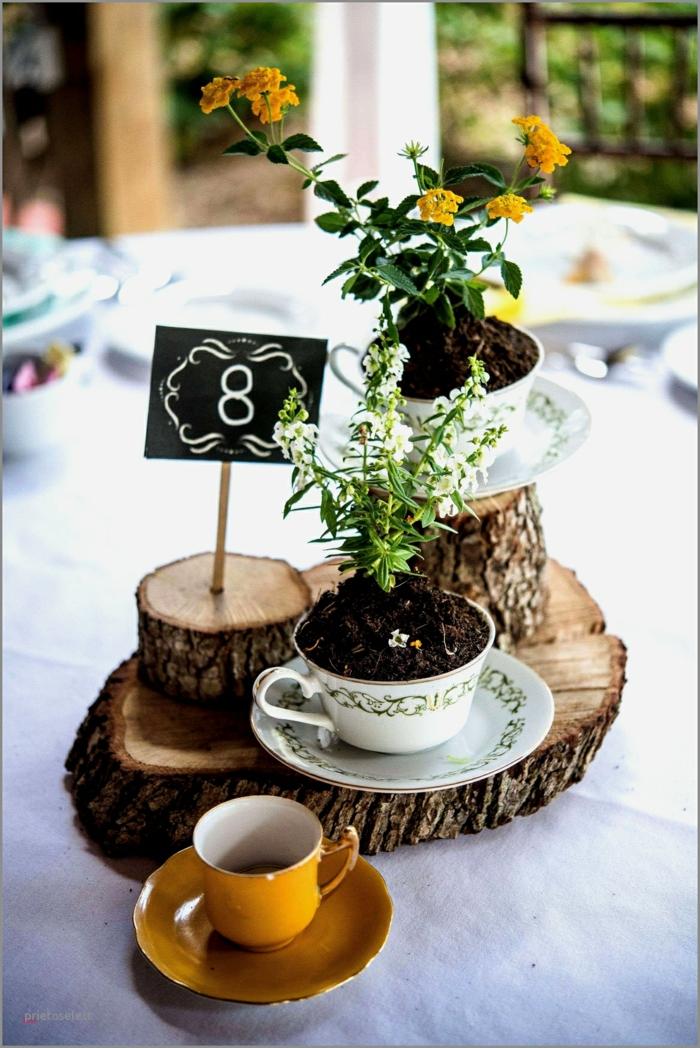 zwei Teetassen voller Boden, Blumen Tischdeko im Glas, winzige Blümchen, rustikale Tischdeko